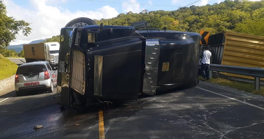 Presuntamente el conductor del pesado vehículo viajaba a alta velocidad. Afortunadamente no hubo víctimas que lamentar.