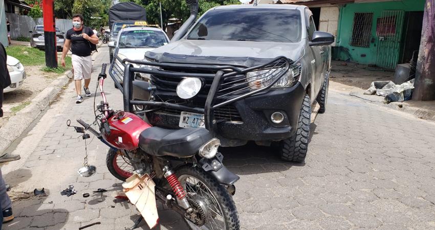 Según testigos, un adolescente de 13 años conducía una motocicleta y llevaba como pasajero a un niño de unos 7 años, cuando impactaron de frente contra una camioneta que iba saliendo de un taller.