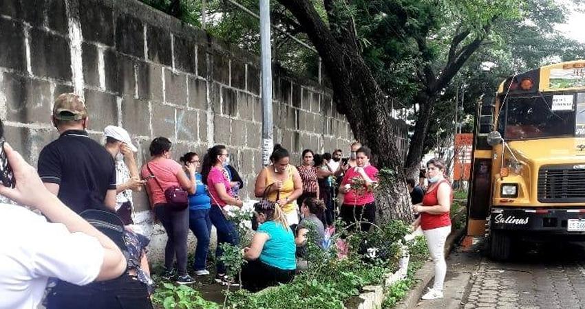 Cubanica dispuso de varios buses para el traslado a Managua. Foto: Cortesía/Radio ABC Stereo