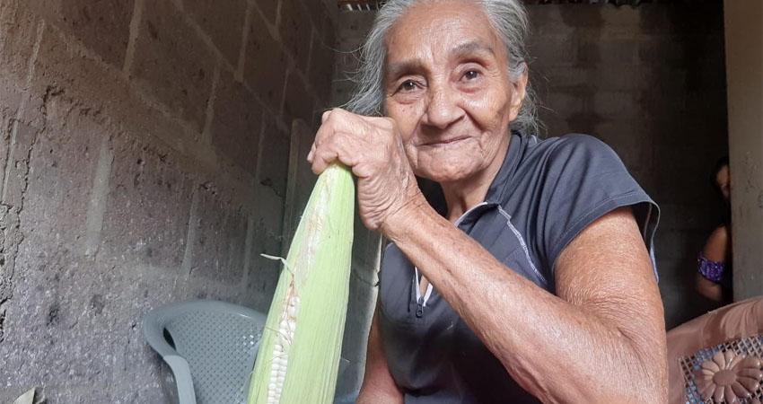 Doña Elsa Valdivia padece la enfermedad del olvido: Alzheimer. La condición ha hecho que poco a poco olvide ciertas cosas, sin embargo, mantiene un espíritu optimista y se entretiene al destusar maíz. Su hija ha sido un apoyo fundamental.