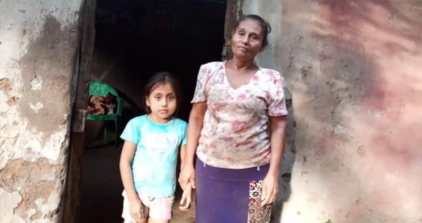 Con temor vive doña Jenny Francisca y su nieta de 7 años, ya que el techo de su vivienda está en pésimo estado y en cualquier momento podría caerles encima. Ella espera que la Alcaldía de Condega o la población puedan ayudarle.