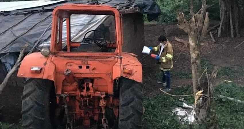 Al tractor se le quebraron dos pernos y el conductor no pudo hacer nada para controlarlo. El vehículo se salió de la carretera y terminó estrellándose en una vivienda.