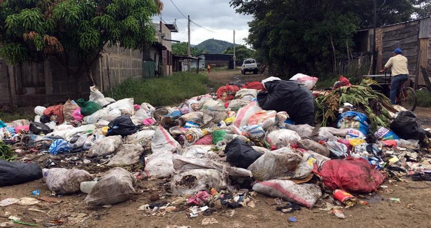 La basura ha empezado a descomponerse, provocando mal olor. Foto: Alba Nubia Lira/Radio ABC Stereo