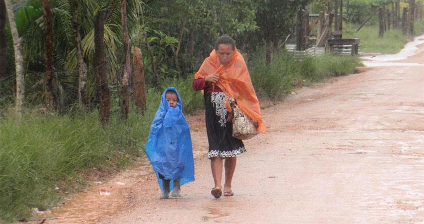 Pobladores de Bilwi durante la llegada de Eta. Foto: Brisa Bucardo/BHW La Revista Joven.