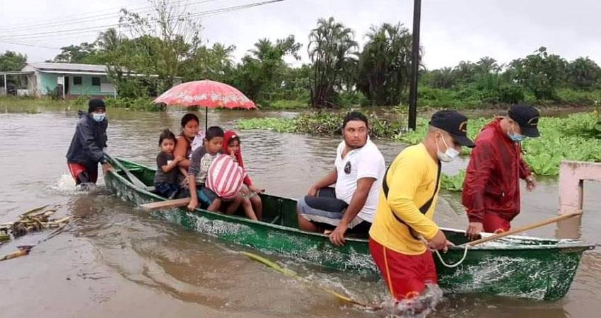 Cuerpo de Bomberos realizando evacuaciones en colonias de Tela. Foto: Diario Diez