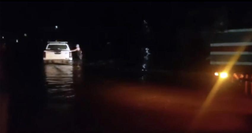 Más vale tarde que nunca. Las fuertes corrientes de una quebrada que atraviesa por Paso León, Estelí, estuvieron a punto de arrastrar una camioneta, cuyo conductor intentó cruzar.