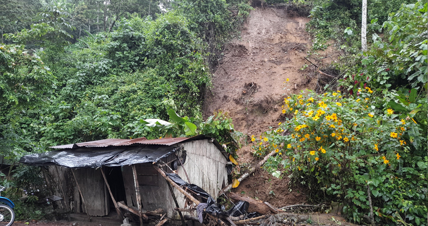 Entre los daños está una vivienda parcialmente destruida, en la que afortunadamente no había nadie cuando ocurrió el derrumbe.