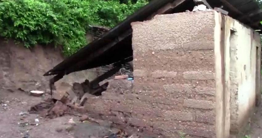 En diferentes partes del municipio se reportan viviendas afectadas, con paredes y techos colapsados.