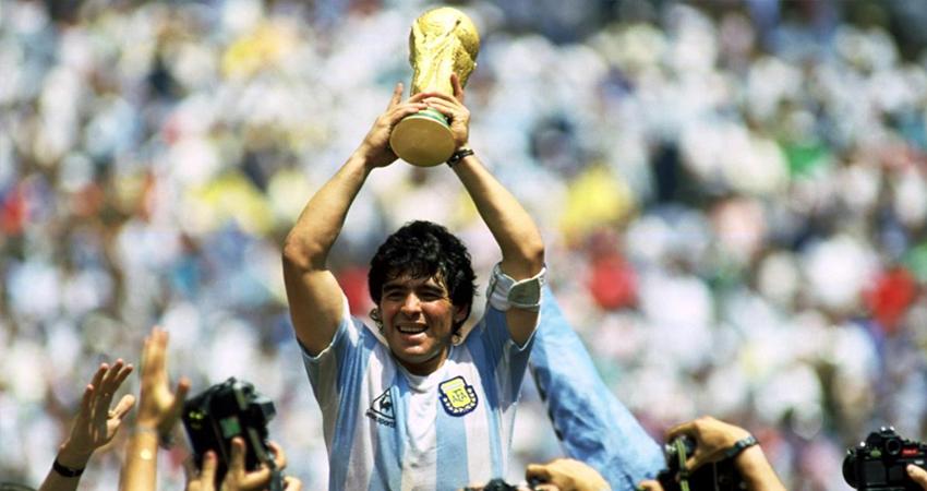 Maradona alzando la Copa del Mundo de México 1986