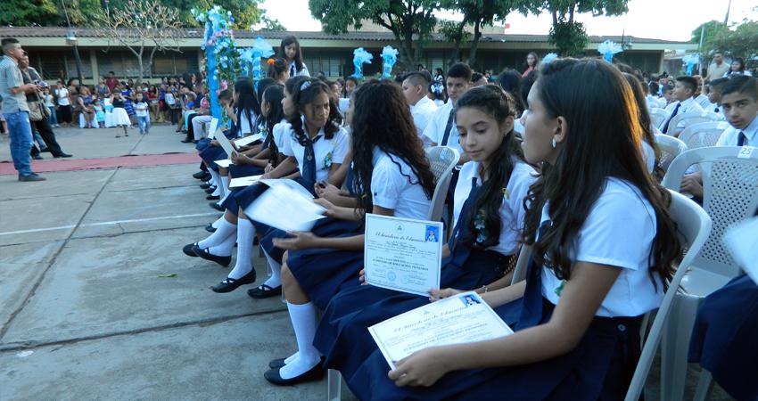 Birretes, alcohol gel y mascarillas. En Estelí, algunos centros escolares se alistan para las graduaciones, usando un protocolo para evitar los contagios del Covid-19.